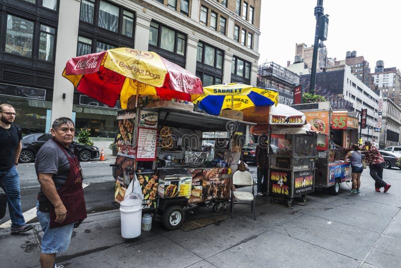 Różnorodna jedzenie ciężarówka hot dog, falafel, kebab, hamburger z sprzedawcą w Manhattan w Nowy Jork obrazy royalty free