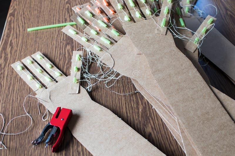 Różnorodna kartonowa ręka DIY dla edukacyjnej trzon aktywności z dzieciakami obrazy stock