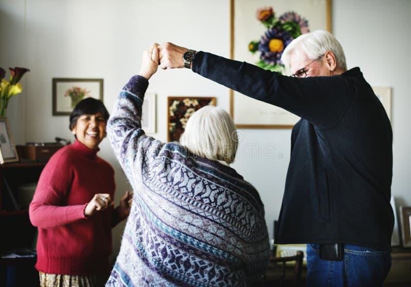 Różnorodna starsza para tanczy w domu zdjęcie royalty free