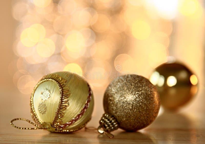 Różnorodne Bożenarodzeniowe dekoracje z glittery tłem fotografia stock