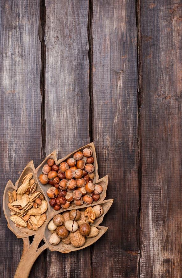 Różnorodne dokrętki w drewnianym tle zdjęcia stock