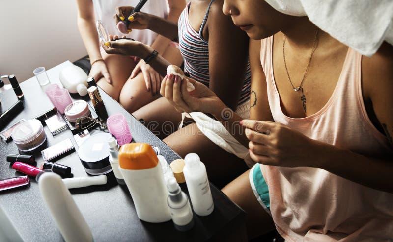 Różnorodne kobiety z makeup kosmetykami obraz royalty free