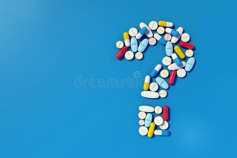 Różnorodne medycyn pigułki układać jako znak zapytania ilustracja wektor