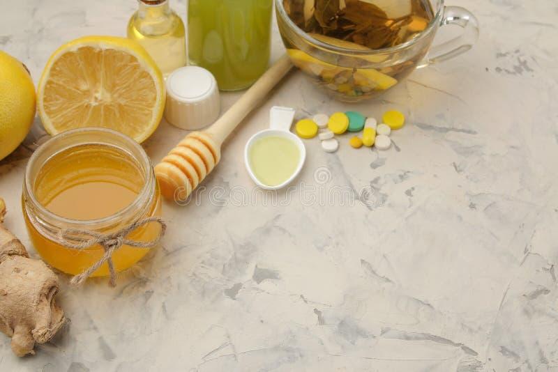 Różnorodne medycyny dla grypy i zimna remediów na białym drewnianym stole zimno choroby zimno grypa zdjęcie royalty free