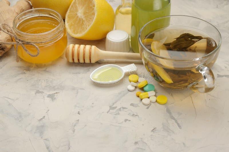 Różnorodne medycyny dla grypy i zimna remediów na białym drewnianym stole zimno choroby zimno grypa obrazy stock
