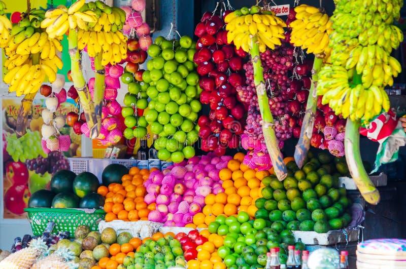Różnorodne owoc przy miejscowego rynkiem w Sri Lanka zdjęcia stock