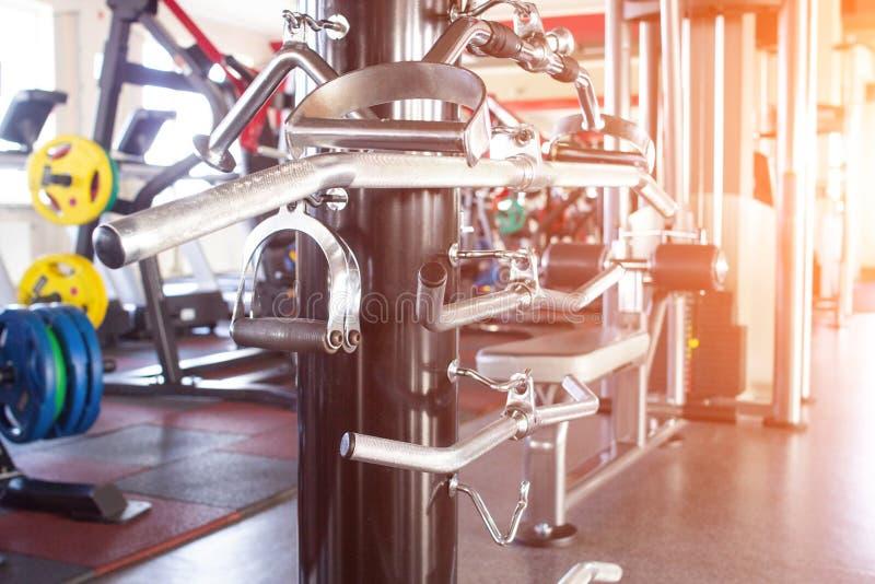 Różnorodne ręki w nowożytnym gym wykonywać władz ćwiczenia strącać, zmierzch, pionowo estokada zdjęcie royalty free