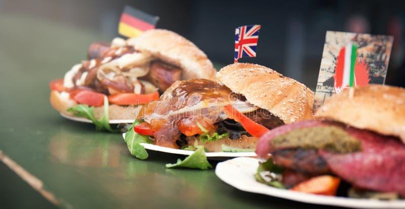 Różnorodne sztuki hamburgery od różnych krajów na kontuarze, s fotografia stock