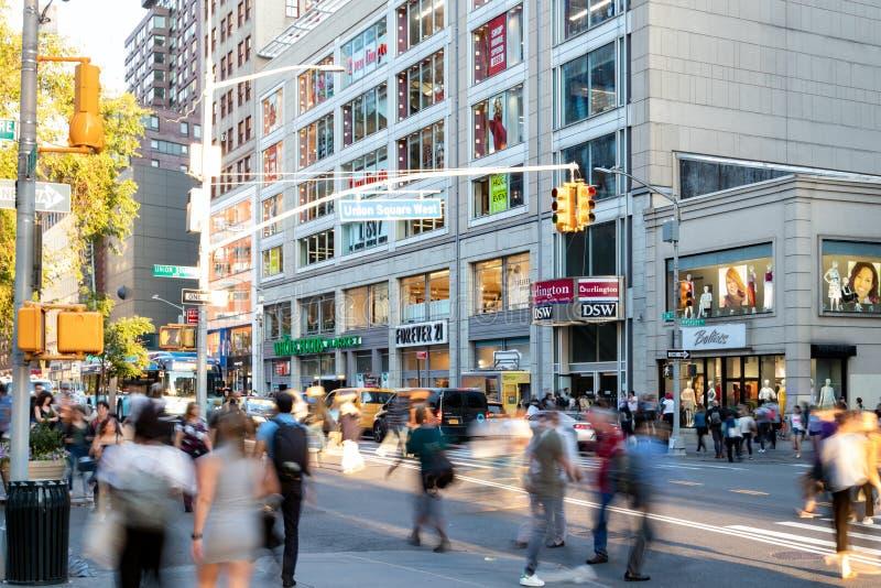 Różnorodne tłumy ludzi przechodzących przez ruchliwy skrzyżowanie na 14. ulicy i Union Square w Nowym Jorku zdjęcia royalty free