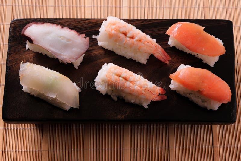 Różnorodnego różnego suszi krewetki drewna japoński karmowy łososiowy półmisek fotografia stock