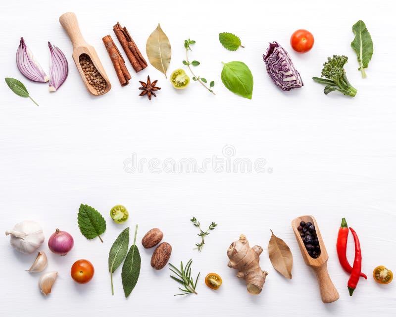 Różnorodni świezi warzywa i ziele na białym tle Ingredien obraz royalty free