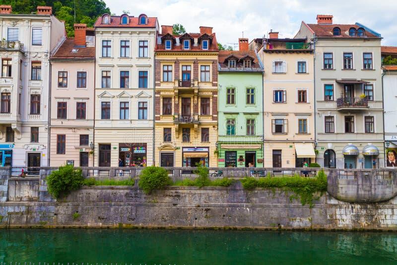 Różnorodni budynki w Ljubljana wzdłuż rzeki obrazy royalty free