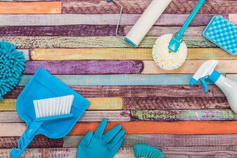 Różnorodni cleaning narzędzia umieszczający na kolorowym stole obrazy stock