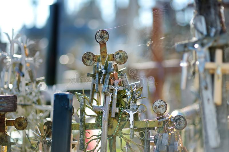 Różnorodni drewniani krzyże i krucyfiksy na wzgórzu krzyże, miejsce pielgrzymka blisko Siauliai, Lithuania zdjęcia stock