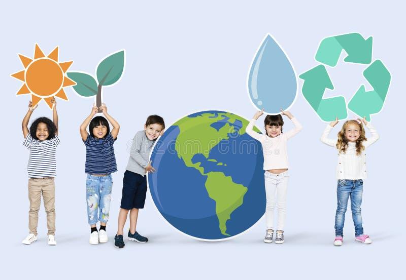 Różnorodni dzieciaki z środowisko ikonami zdjęcie royalty free