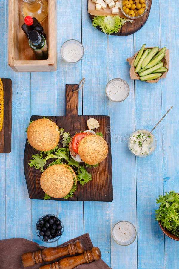 Różnorodni hamburgery i lekki piwo fotografia stock