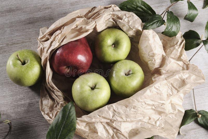 Różnorodni jabłka na drewnianym tabletop obrazy stock