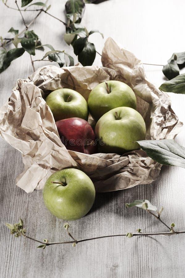 Różnorodni jabłka na drewnianym tabletop zdjęcie royalty free