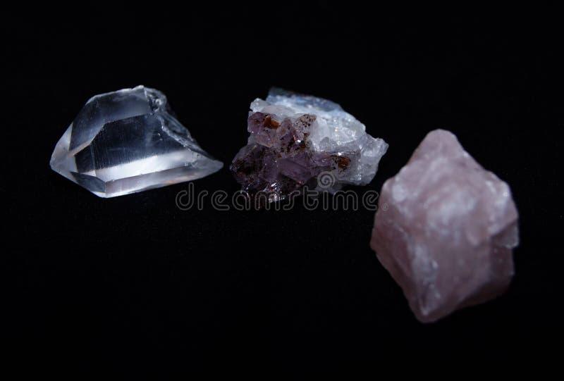 Różnorodni kwarcowi kryształy: biel, ametyst, wzrastał zdjęcie royalty free