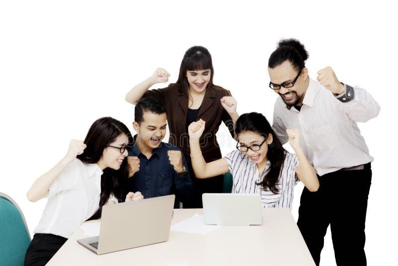 Różnorodni ludzie biznesu świętuje ich sukces obrazy stock