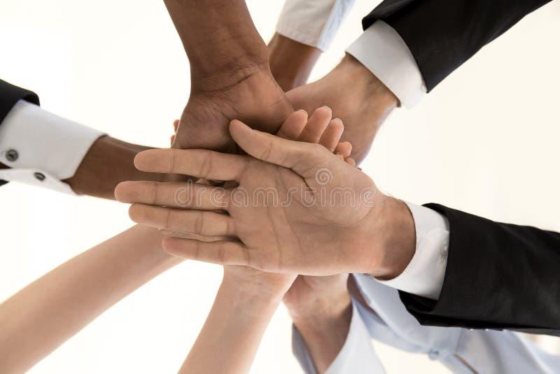 Różnorodni ludzie biznesu ręk w stosie, korporacyjna jedność pod vi, fotografia stock