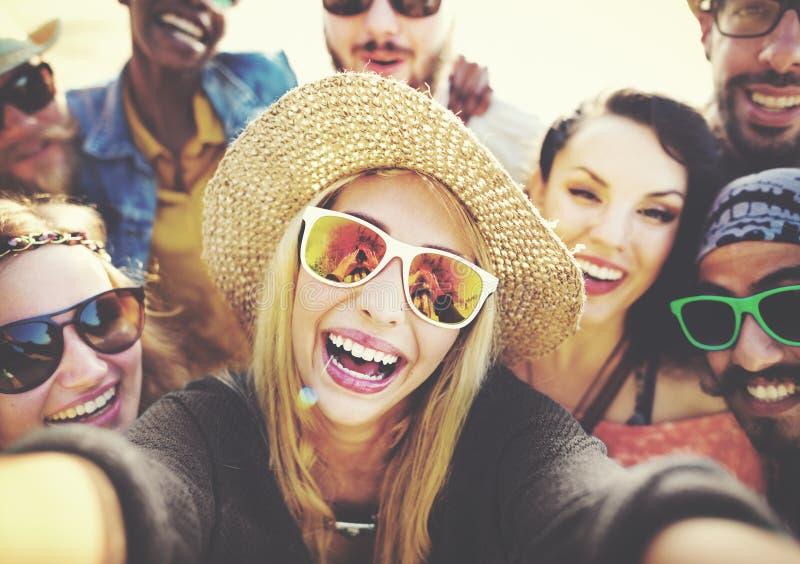 Różnorodni ludzie Plażowego lato przyjaciół zabawy Selfie pojęcia fotografia royalty free