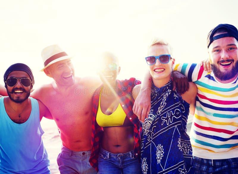 Różnorodni ludzie przyjaciel zabawy więzi uczuciowa plaży lata pojęcia zdjęcie stock