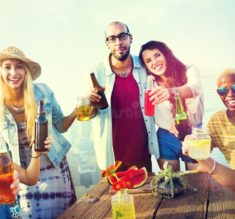 Różnorodni ludzie przyjaciela Wiszącego Out Pije pojęcia zdjęcia royalty free