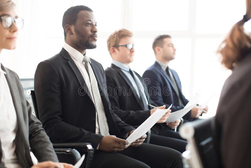 Różnorodni ludzie słucha biznesowa prezentacja zdjęcie stock