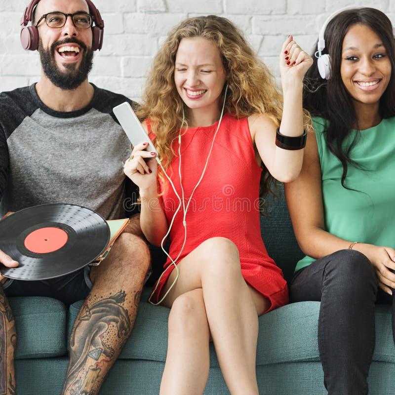 Różnorodni ludzie społeczności więzi technologii muzyki pojęcia obraz stock
