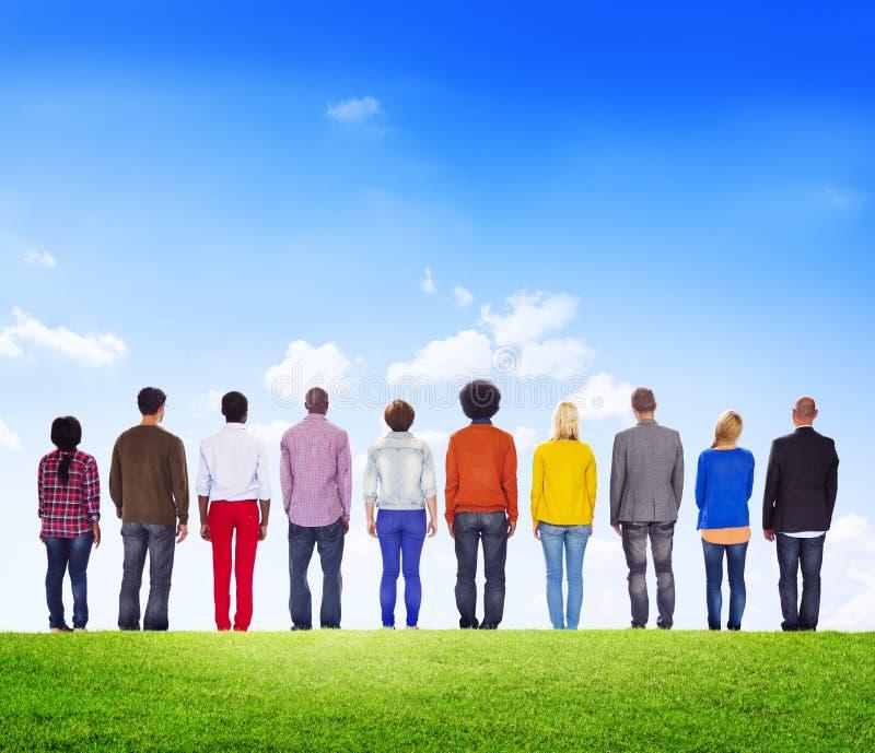 Download Różnorodni Ludzie Stawia Czoło Backwards Outdoors Obraz Stock - Obraz złożonej z różnorodny, natura: 41953641