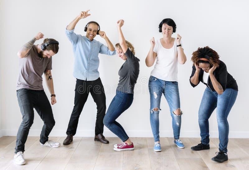 Różnorodni ludzie tanczy wpólnie słuchać muzyka obrazy stock