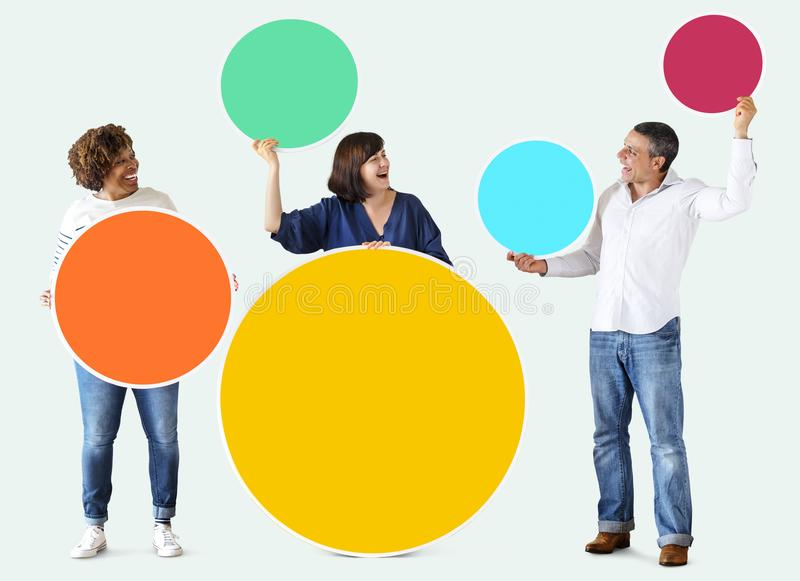 Różnorodni ludzie trzyma kolorowych puste miejsce okręgi obraz stock