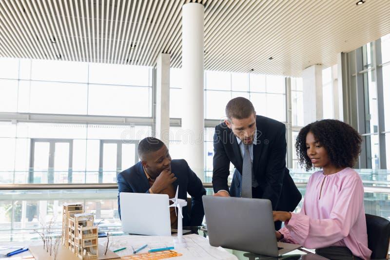 Różnorodni młodzi ludzie biznesu pracuje wpólnie w nowożytnym biurze obrazy royalty free