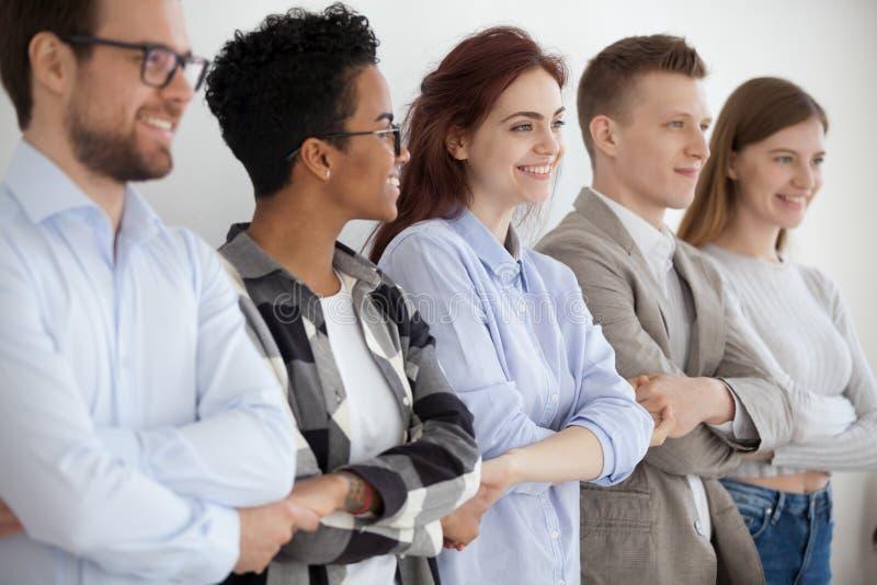 Różnorodni młodzi ludzie trzyma ręki pokazuje jedność i pracę zespołową obraz royalty free