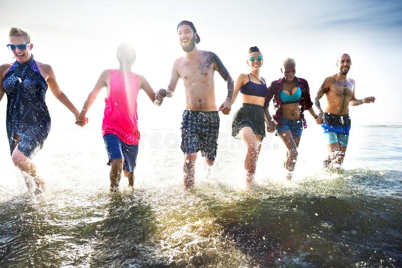 Różnorodni młodzi ludzie zabawy plaży pojęcia fotografia stock