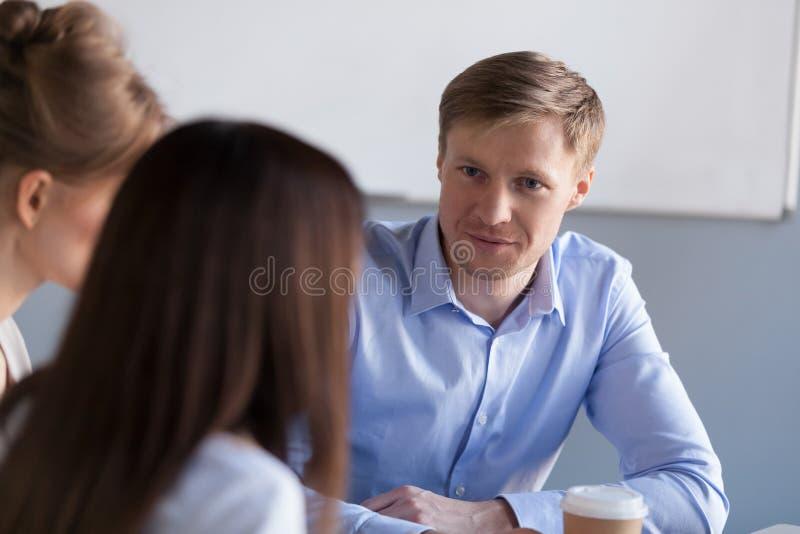 Różnorodni millennial koledzy rozmowę podczas biurowej przerwy zdjęcia stock