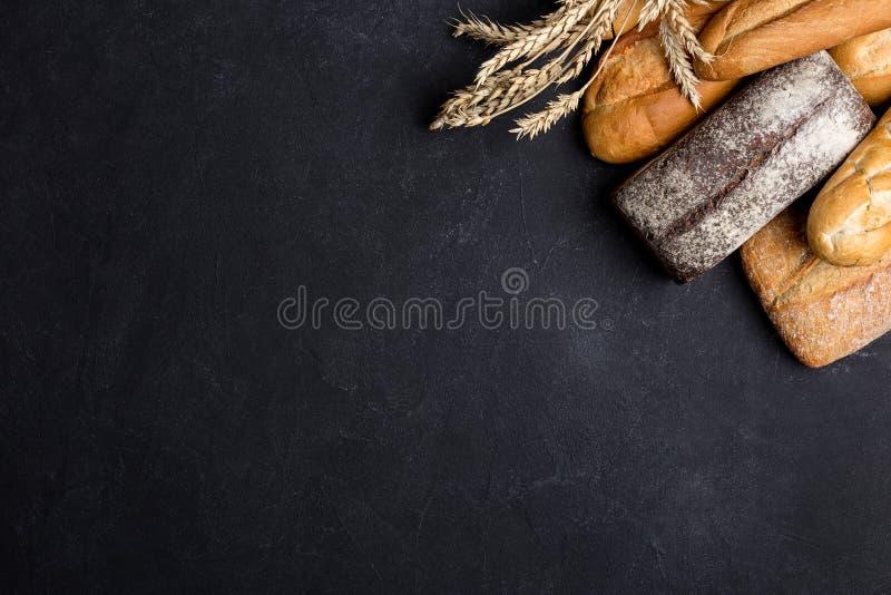 Różnorodni rodzaje chleb na czerń stole zdjęcie stock