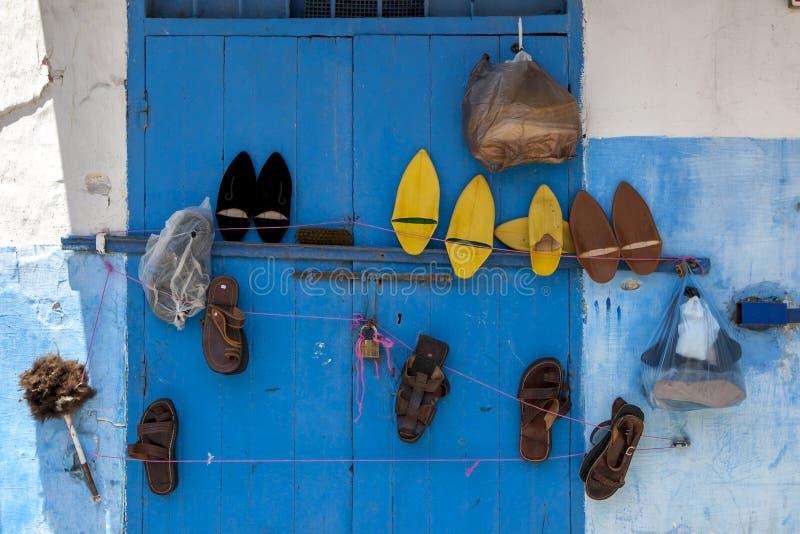 Różnorodni sety buty wiesza na błękitnym drzwi przy Kasbah des Oudaias w Rabat w Maroko obrazy stock