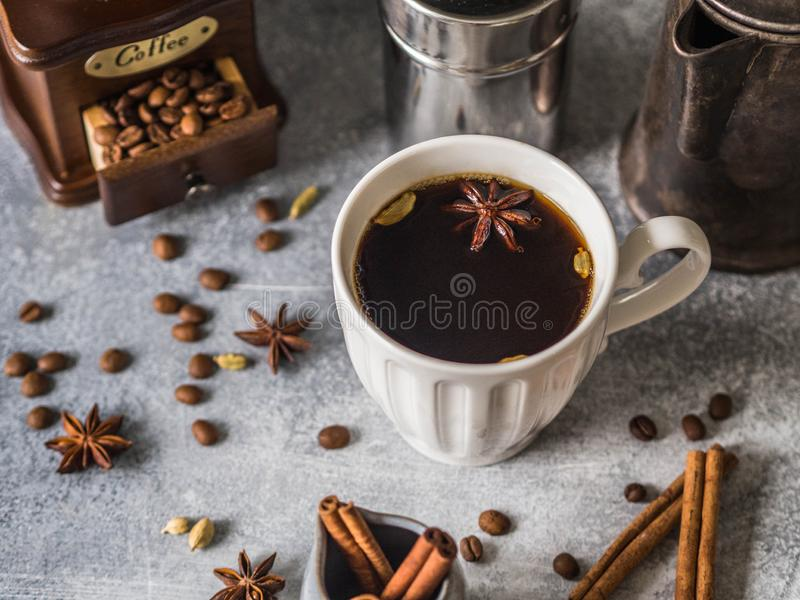 Różnorodni składniki dla robić kawie, rocznika coffeepot, drewnianemu kawowemu ostrzarza, filiżanki z kawą i pikantność na szarym fotografia royalty free