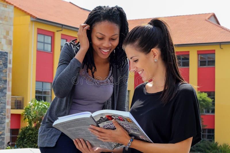 Różnorodni ucznie na szkoła wyższa kampusie fotografia royalty free