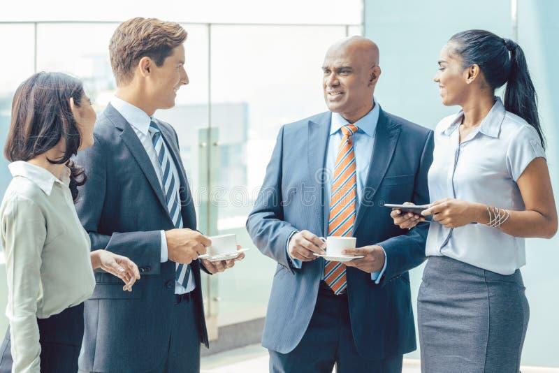 Różnorodność biznesu Azjatycka drużyna z kawą przed biurem obrazy stock