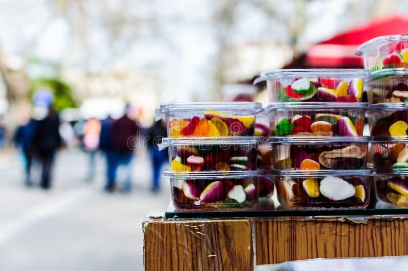 Różnorodność ciasto Na gablocie wystawowej piekarnia obraz royalty free