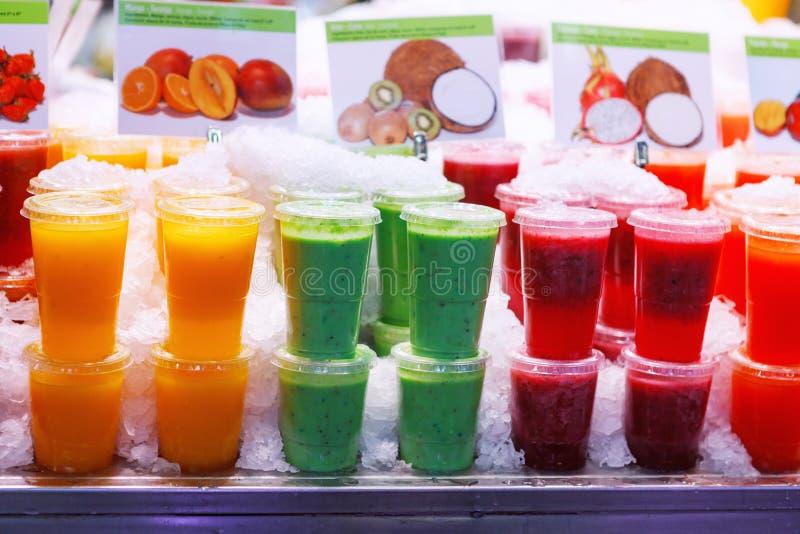 Różnorodność kolorowi, fruity napoje na lodzie w Barcelona, Hiszpania rynek fotografia stock