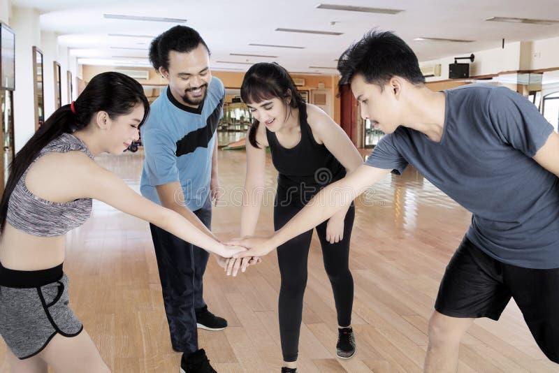 Różnorodność ludzie łączy ich ręki w sprawności fizycznej centrum zdjęcia royalty free