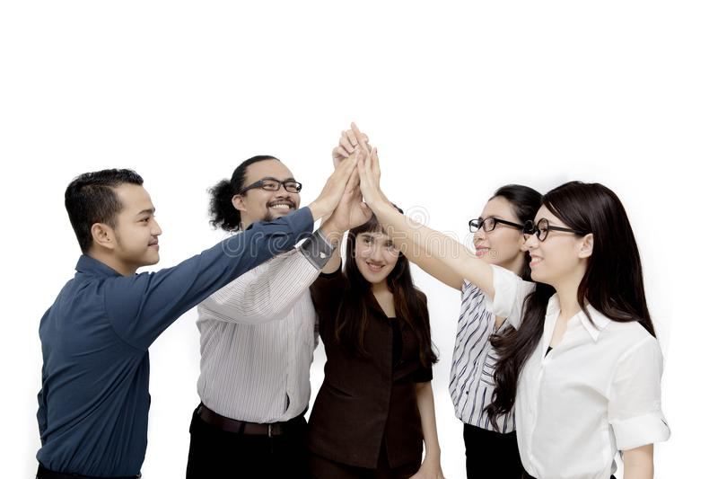 Różnorodność ludzie biznesu robią wysokiemu pięć gestowi zdjęcie royalty free