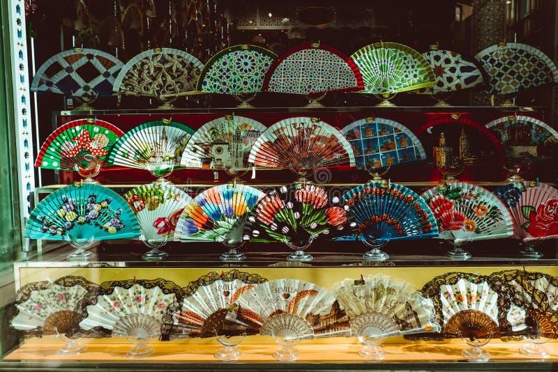 R??norodno?? r??na hiszpa?szczyzny r?ka wachluje na pokazie dla sprzeda?y, Sevilla Seville, Andalucia, Hiszpania zdjęcie stock