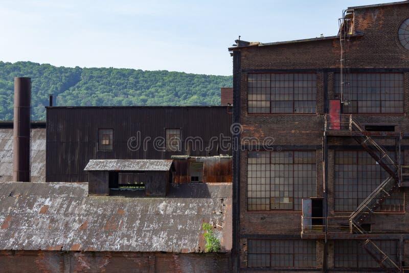 Różnorodność starzy przemysłowi budynki z cegłą, panwiowym metalem i szkłem, zdjęcie royalty free