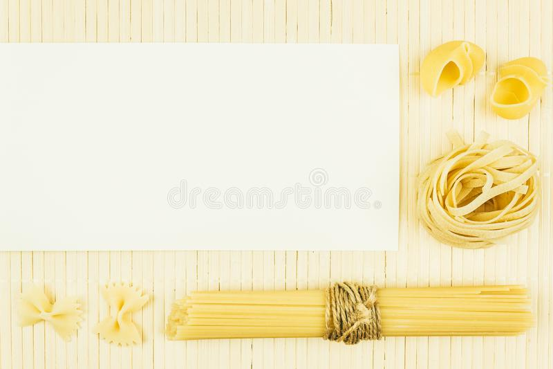 Różnorodność sucha pasta jakby, spaghetti na drewnianym stole fotografia royalty free