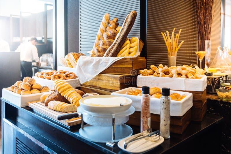 Różnorodny świeżo piec chleb w bufet linii typ Robić rzemieślnikiem obraz royalty free